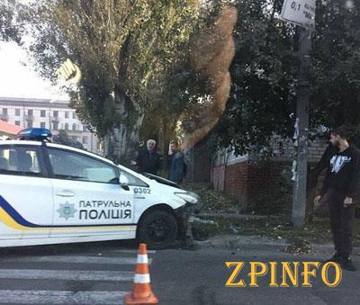 В Запорожье патрульный автомобиль врезался в столб