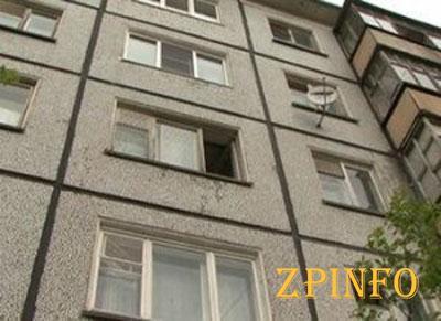 В Запорожье пенсионер выпал из окна многоэтажки