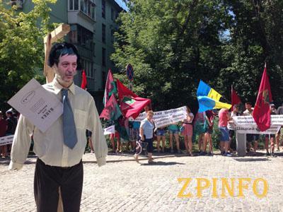 В Запорожье перед областной прокуратурой повесили чучело Александра Шацкого