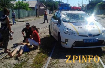 В Запорожье полицейская машина сбила молодого человека