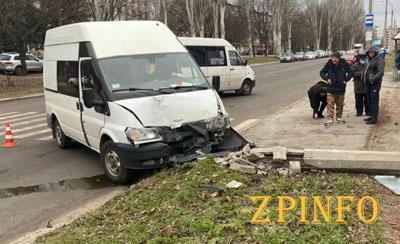 В Запорожье после удара микроавтобус снес столб
