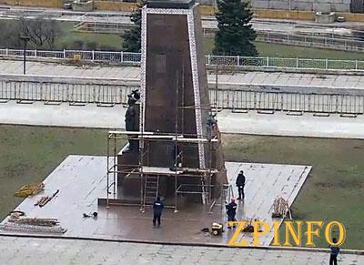 В Запорожье продолжают разбирать памятник Ленину