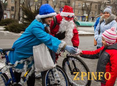 В Запорожье прошел велопробег дедов морозов