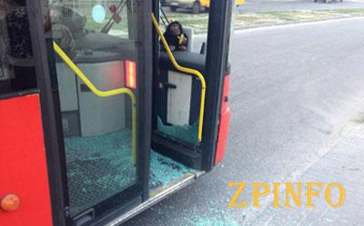 В Запорожье разбили окно рейсового автобуса