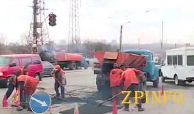 В Запорожье ремонтируют подъезды к кладбищам