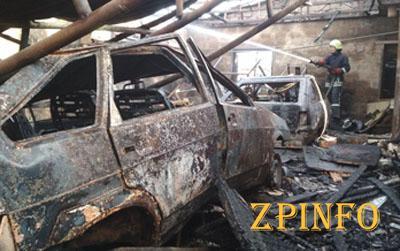 В Запорожье сгорел гараж с двумя авто