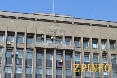 В Запорожье со здания ОГА сняли герб Украины