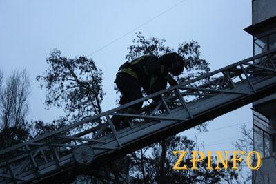 В Запорожье спасли плачущего на балконе ребенка