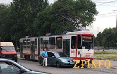 В Запорожье столкнулись легковушка и трамвай