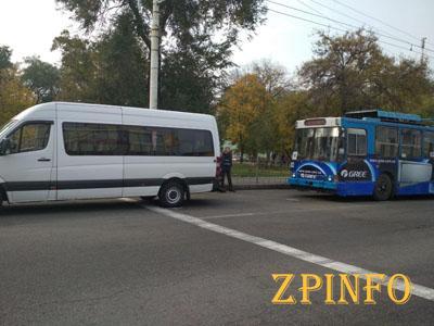 В Запорожье столкнулись маршрутка и троллейбус
