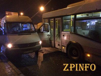 В Запорожье столкнулись троллейбус и маршрутка