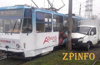 В Запорожье трамвай попал в ДТП
