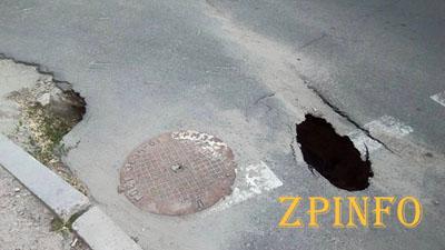 В Запорожье участок дороги обвалился в канализацию