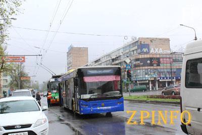 В Запорожье упавшие «рога» троллейбуса зацепили маршрутку