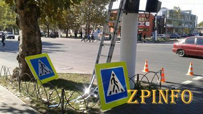 В Запорожье устанавливают новые дорожные знаки