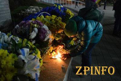 В Запорожье в честь годовщины Революции зажгли факелы