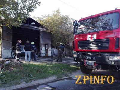 В Запорожье в районе Уральских казарм сгорел гараж