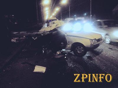 В Запорожье в результате столкновения с иномаркой снесло половину такси