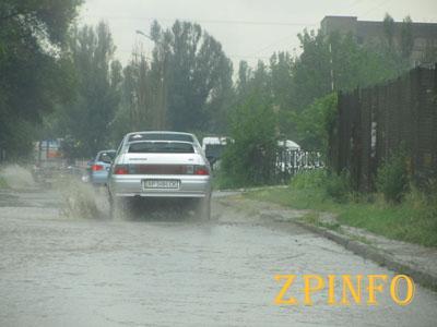 В Запорожье в Шевченковском районе ливень, машины стоят в пробке