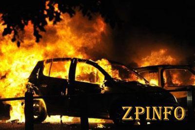 В Запорожье, в жилом квартале, горели сразу три машины