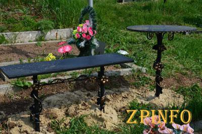 В Запорожье вандал украл стол с кладбища