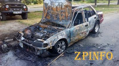 В Запорожье во дворе многоэтажки сгорела иномарка