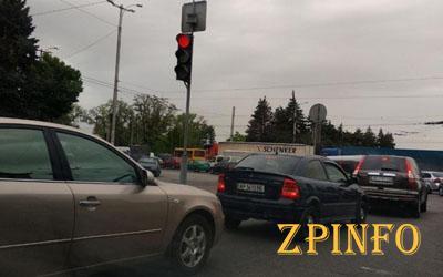 "В Запорожье водители стоят в пробке на ""Днепрогэсе"""