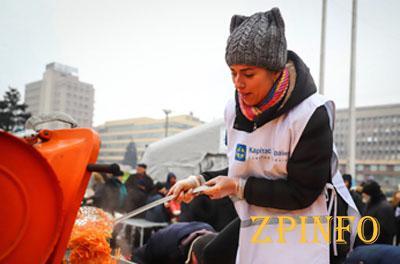 В Запорожье волонтеры раздавали обеды