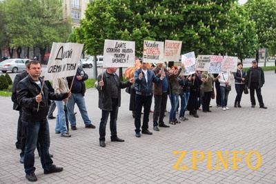 В Запорожье здание мэрии пикетировали предприниматели