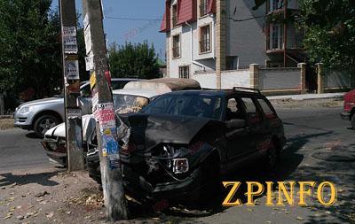 В Запорожской области два автомобиля врезались в столб