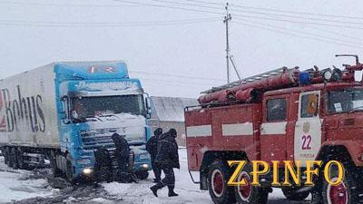 В Запорожской области грузовик слетел с трассы