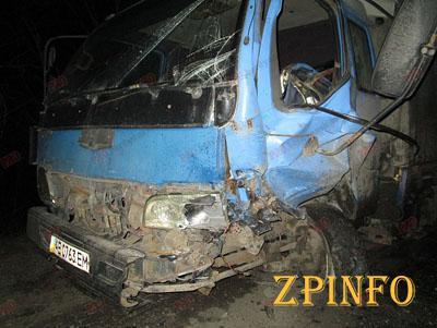 В Запорожской области легковушка влетела в грузовик