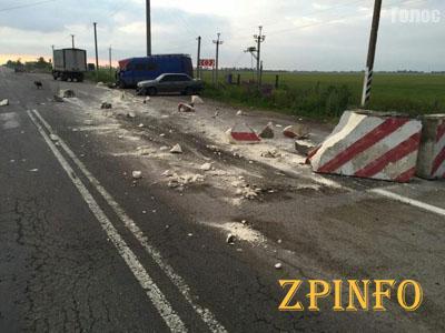 В Запорожской области легковушка врезалась в блокпост
