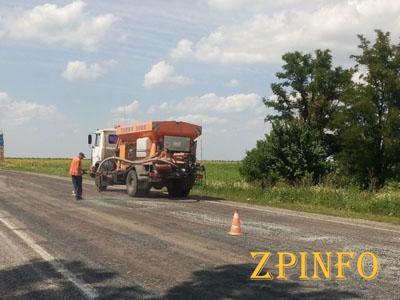 В Запорожской области проводят ямочный ремонт дорог