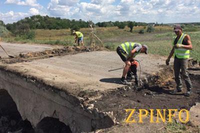 В Запорожской области ремонтируют аварийный мост