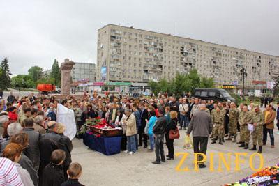 В Запорожской области тысячи человек простились с погибшим в АТО бойцом