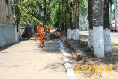 В Заводском районе Запорожья заменят километр тротуара