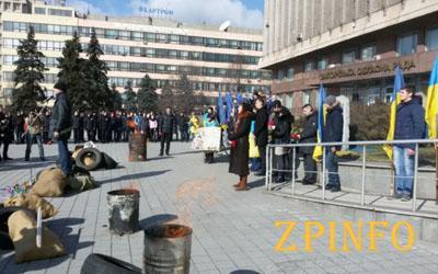 Возле Запорожской ОГА пылают бочки
