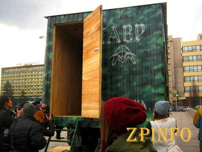 Запорожские волонтеры отправили бойцам в зону АТО сауну на колоесах
