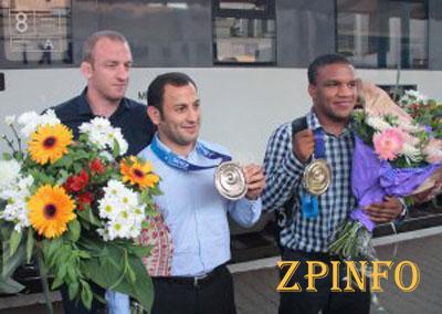 Запорожских борцов встретили с чемпионата мира