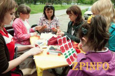 Запорожцам устроили мастер-класс по изготовлению маков