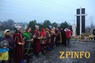 Запорожцы к памятнику жертвам Голодомора принесли хлеб и колоски пшеницы