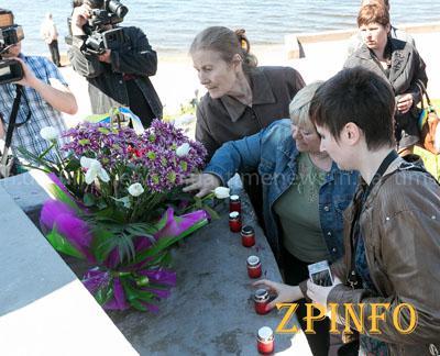 """Запорожцы почтили память погибших бойцов АТО и провели акцию """"Зажжем свечи памяти"""""""